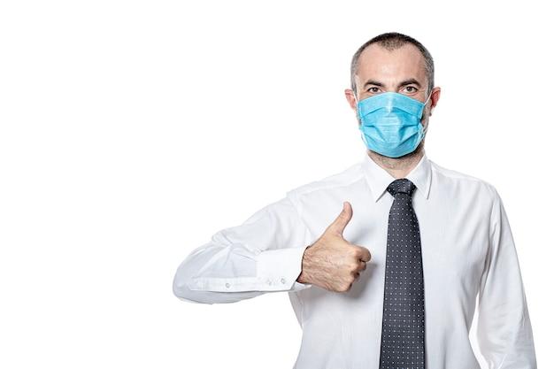Хирургическая маска бизнесмена для защиты от вируса коронавируса covid 19. изолированные на белом. большой палец вверх