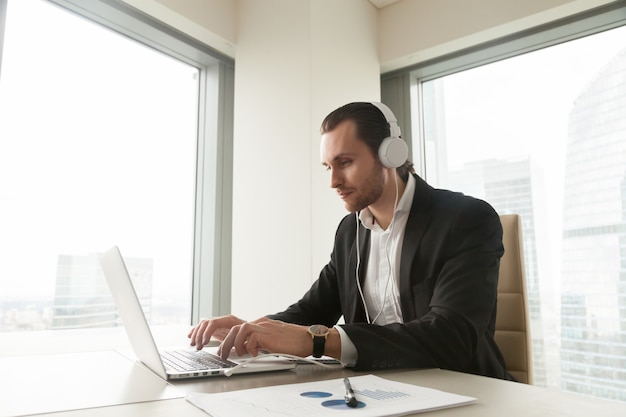 Бизнесмен принимает участие в онлайн-конференции