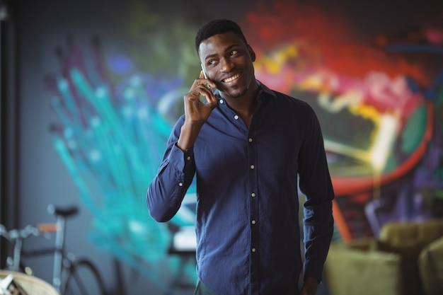 携帯電話を話している実業家
