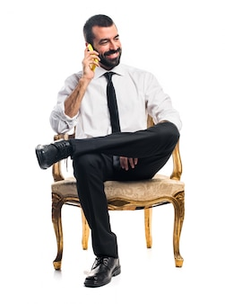 Uomo d'affari parlando al cellulare