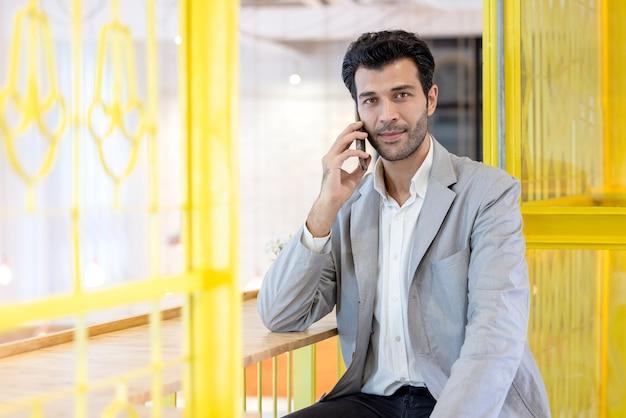 オフィスで携帯電話で話しているビジネスマン