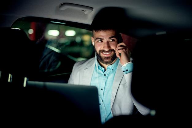 자동차에서 휴대 전화에 대 한 얘기는 사업가. 비즈니스 개념.