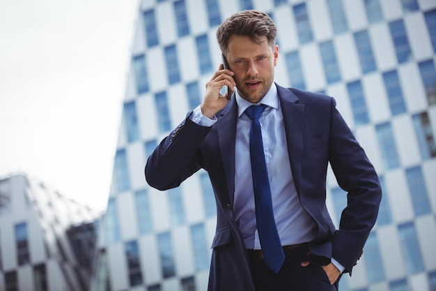 携帯電話で話している実業家