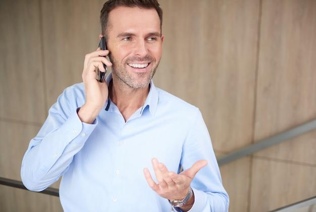 직장에서 전화 통화하는 사업