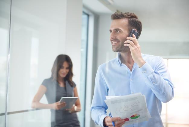 職場で電話で話しているビジネスマン