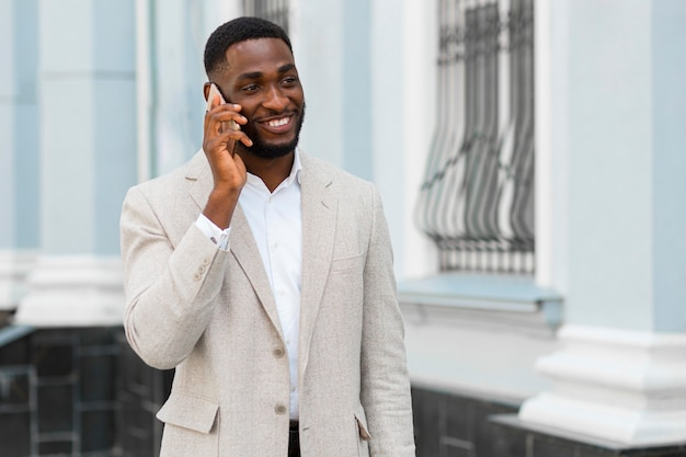 電話で話している実業家
