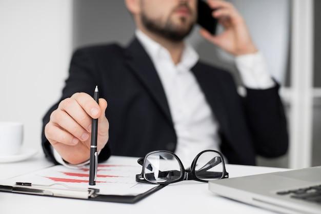 전화 통화하는 사업