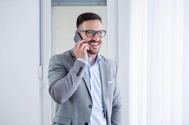 電話で話している実業家。