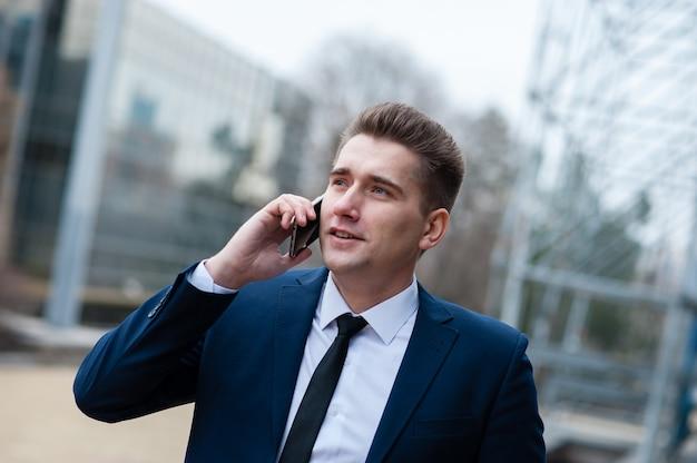 Бизнесмен разговаривает по телефону.