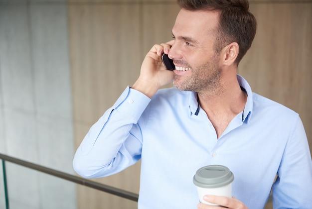 Imprenditore parlando al telefono al lavoro