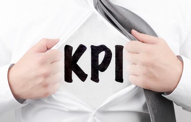 Бизнесмен, разрывая рубашку с текстом кпи