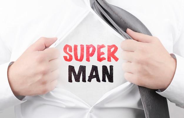 Бизнесмен, разрывая рубашку с текстом super man