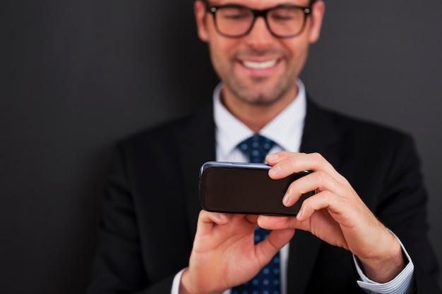 Текстовые сообщения бизнесмена на смартфоне