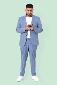 電話でのビジネスマンのテキストメッセージ