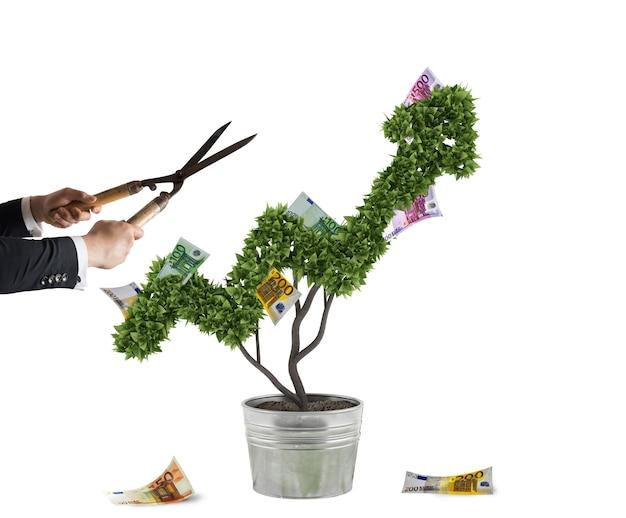 Бизнесмен, который режет и корректирует денежное дерево в форме стрелки. концепция запуска новой компании. 3d-рендеринг