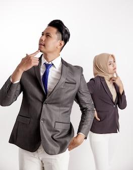 孤立した白い背景の後ろに女性パートナーとアイディア表現を考えているビジネスマン