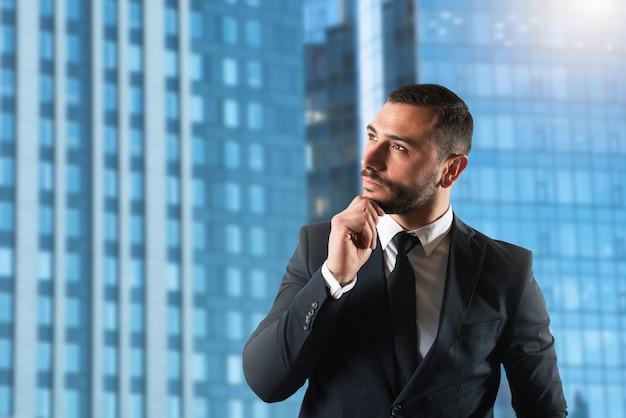 Бизнесмен придумывает новые стратегии для развития компании