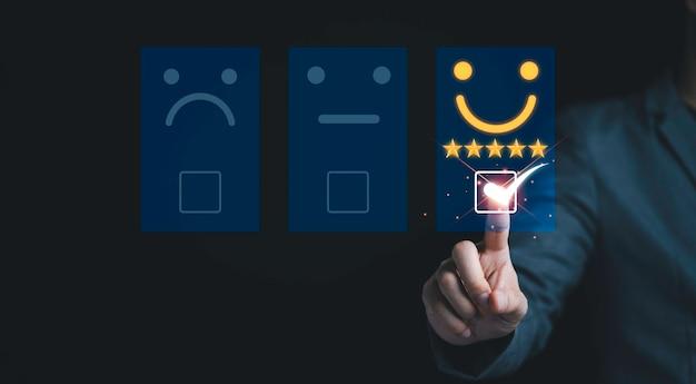 Бизнесмен прикоснется к виртуальной панели вкладок, чтобы покупатель оценил продукты и услуги. удовлетворенность клиентов и концепция рейтинга маркетингового исследования.