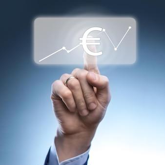 ビジネスマンは、仮想金融画面でユーロ通貨アイコンに触れました