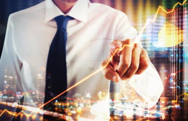 Бизнесмен, касаясь виртуального экрана бизнес-анализа