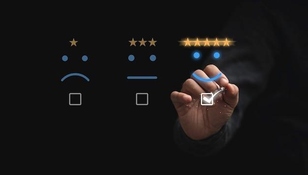 제품 및 서비스 개념에 대한 고객 만족도에 대한 최고의 평가를 위해 웃는 얼굴로 별 다섯 개를 선택하는 사업가 터치 버튼.