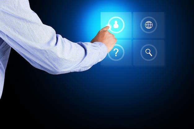 ビジネスマンがデジタル画面上のアイコンに触れる