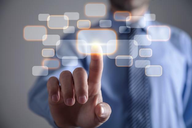 仮想ボタンに触れるビジネスマン。ビジネス、テクノロジー