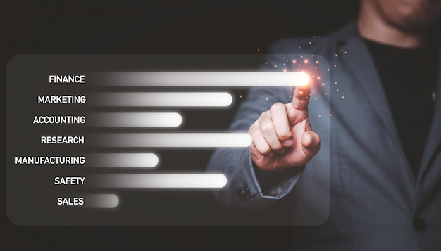 Бизнесмен трогательный инфографики монитор экрана для продажи и маркетинговой концепции.