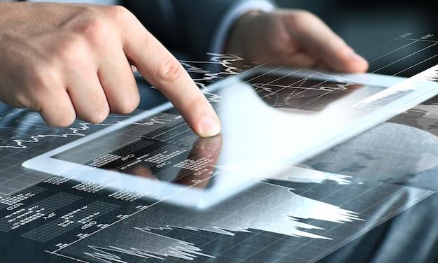 タブレットコンピューターの画面に触れるビジネスマン