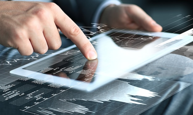 Бизнесмен касаясь экрана планшетного компьютера