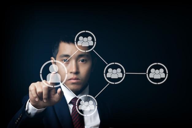 화면을 만지고 함께 연결된 아이콘을 누르는 사업가. 협력, 팀워크, 네트워크 및 커뮤니티 개념.