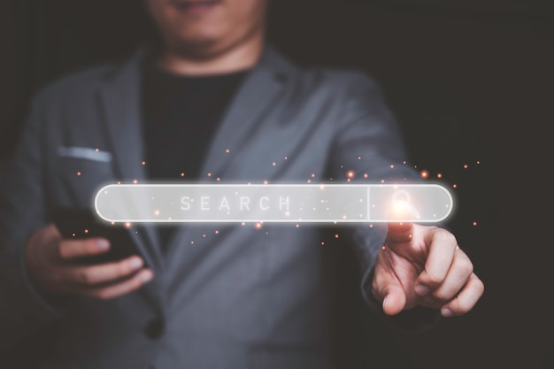 Бизнесмен, касающийся панели поиска для поисковой оптимизации или концепции seo.