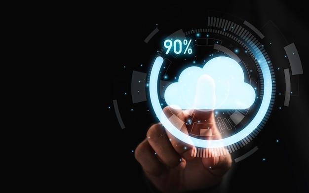 転送データ情報アップロードダウンロードアプリケーションの仮想クラウドコンピューティングとダウンロードパーセンテージの進捗状況に触れているビジネスマン。技術変革のコンセプト。