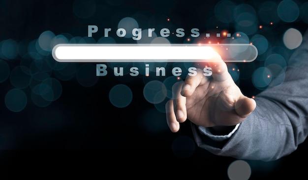 진보적 인 비즈니스를로드하는 가상 다운로드 바에 감동하는 사업가.