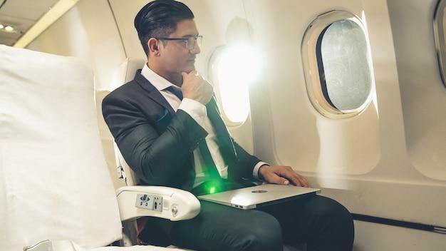 Бизнесмен путешествует в командировку на самолете. исполнительная концепция путешественника.