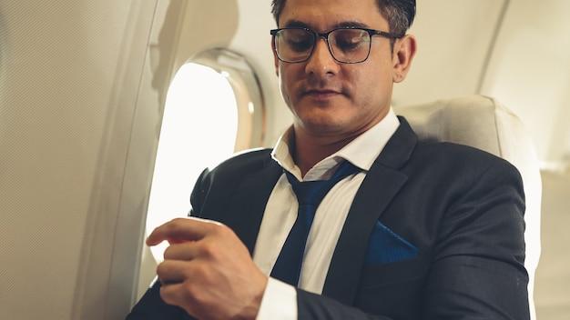 Бизнесмен путешествия в командировку на самолете
