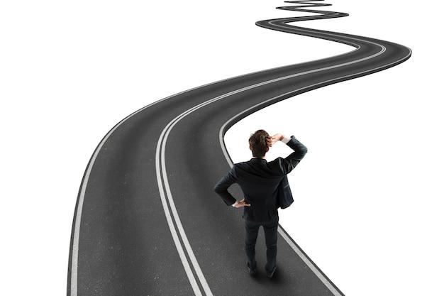 Бизнесмен, путешествующий по извилистой дороге к успеху. 3d-рендеринг