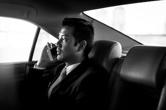 ビジネスマン、車でひとり旅