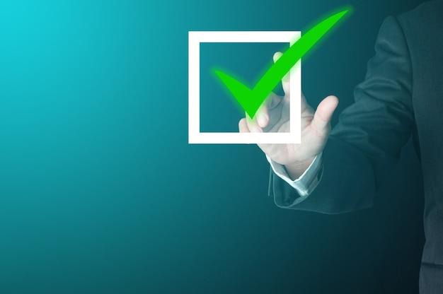 사업가 사용 손가락 눌러 가상 녹색 확인 표시가 승인 된 좋은 결정 확인란에 서명합니다. 사업 진행 검증 개념