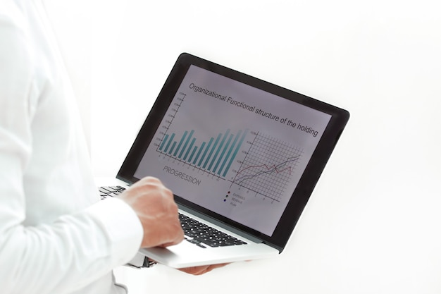 사업가 노트북을 사용하여 재무 데이터 작업
