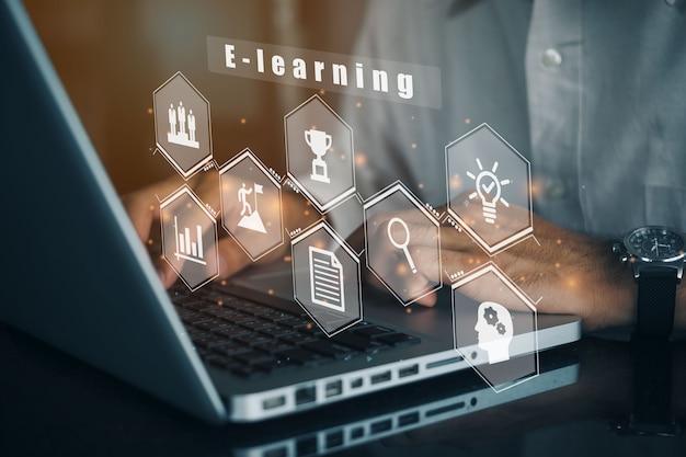 コンピューターを使用してeラーニング教育インターネットテクノロジーウェビナーオンラインコースの概念にビジネスマン。