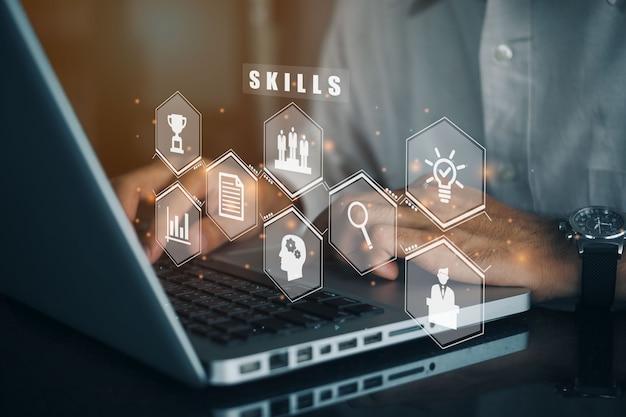 Бизнесмен, использующий компьютер для новых навыков, веб-семинар, обучение бизнес-концепции интернет-технологий.