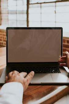 Бизнесмен, используя ноутбук в офисе
