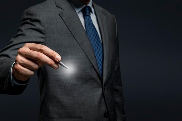 사업가 펜을 사용하고 보이지 않는 화면에 서명