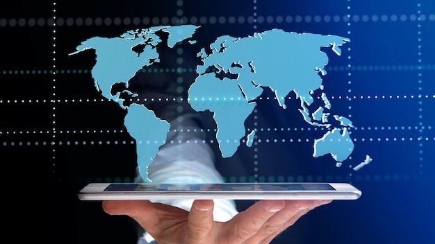 Бизнесмен, используя смартфон с подключенной карты мира - 3d визуализации