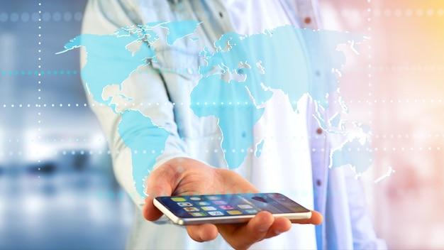 Бизнесмен с помощью смартфона с картой подключенного мира