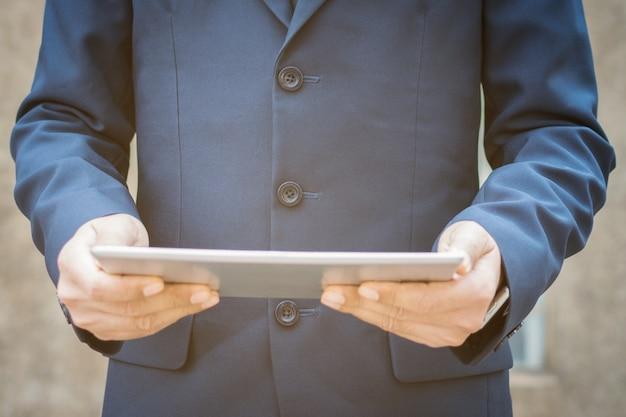 Бизнесмен, используя планшет.