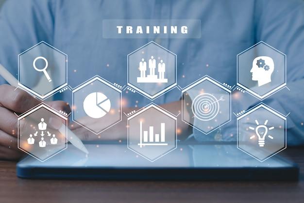 Бизнесмен с помощью taplet для веб-семинара обучения навыкам электронного обучения интернет-концепции бизнеса.