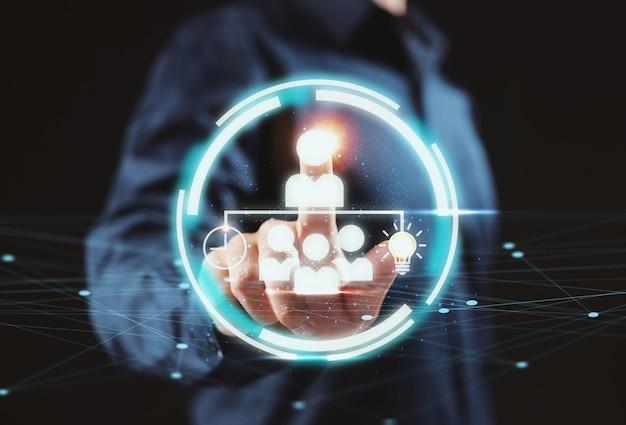 ビジネスリーダーシップチャートを使用してビジネスマン。経営管理の概念