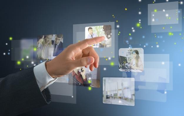 Бизнесмен с помощью общения со своей командой по всему миру.